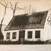 """Skellet i Valby ca 1947. Vivis ord: """"Det første billede er det hus som Andro og hans kone, min Mormor boede i på Skellet i Valby til omkring 1947"""""""